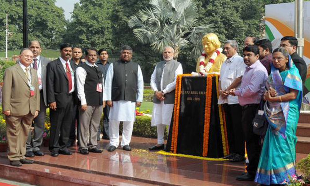 Delhi, 15 Oct 2015: PM Narendra Modi unveils the bust of  Dr. A.P.J. Abdul Kalam on his 84th birth anniversary at DRDO Bhawan