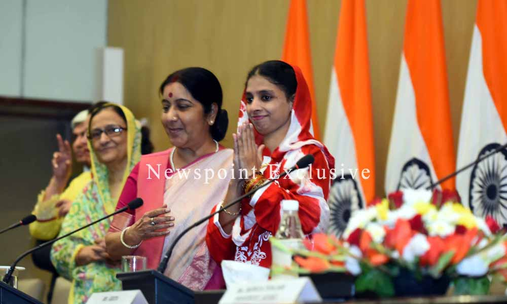 Delhi, 26 Oct 2015: A Minister and a Mother. EAM Sushma Swaraj welcomes India`s daughter Geeta home.