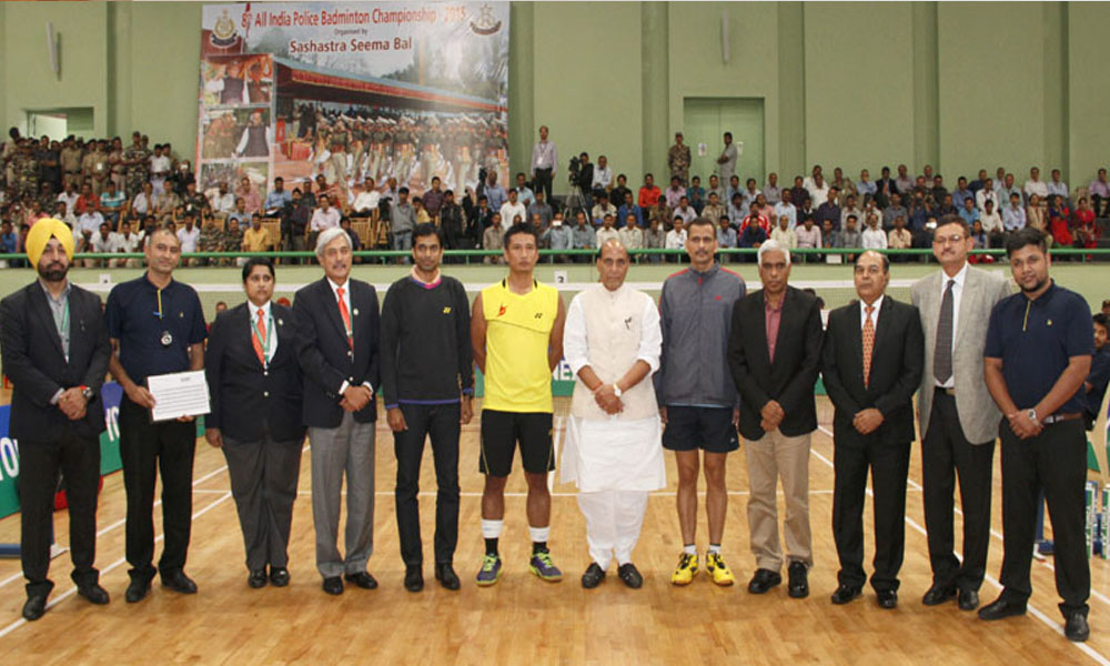 Delhi: 7 Nov 2015: HM  Rajnath Singh in a group photograph with the award winners, during the Closing Ceremony of the 8th All-India Police Badminton Championship-2015.