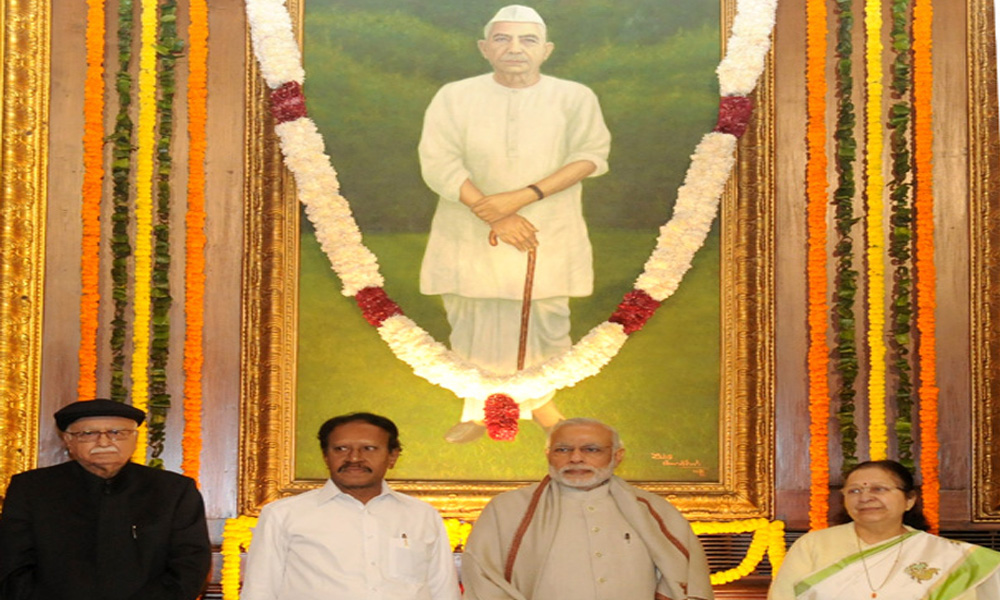 Delhi: 23 Dec 2015: PM Narendra Modi, Speaker, Lok Sabha, Sumitra Mahajan, and other dignitaries paid tributes at the portrait of the former Prime Minister, Late Ch. Charan Singh, on his 113th birth anniversary, at Parliament House