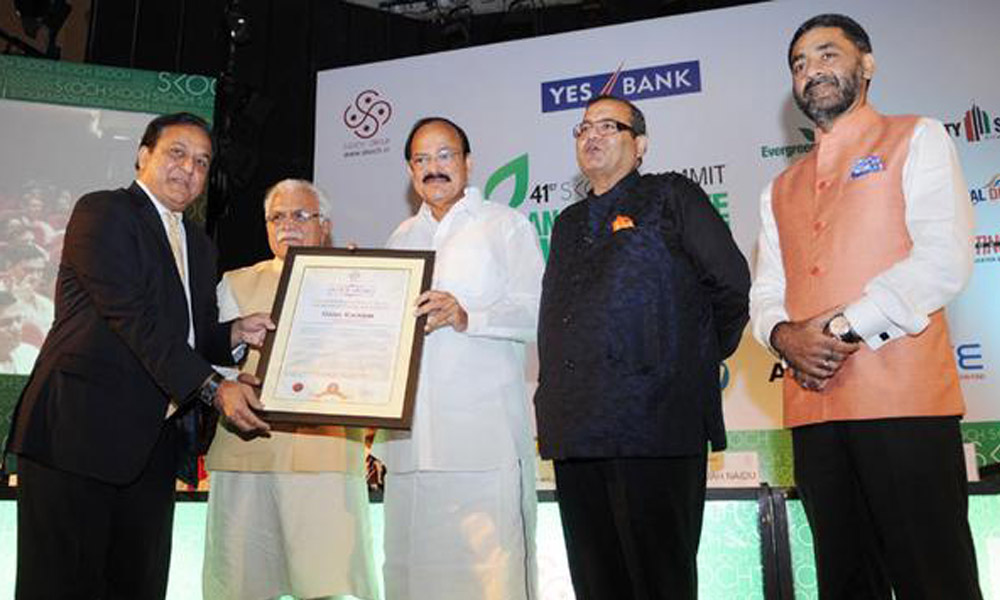Delhi: 22 Sept 2015: Union Minister Venkaiah Naidu presenting the Skoch award, at the 41st Skoch Summit Transformative Governance.