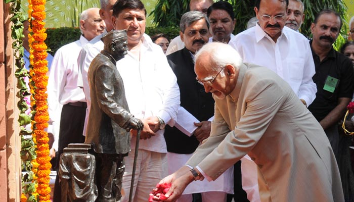 Delhi, 10 Sept, 2015:  Vice President, Mohd. Hamid Ansari pays floral tributes to Pt. Govind Ballabh Pant on his Birth Anniversary.