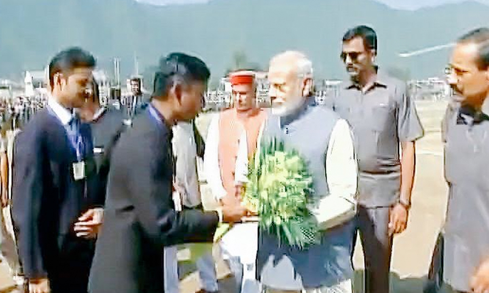 Himachal Pradesh, 18 Oct. 16: PM Narendra Modi arrives in Mandi, to address a public rally.
