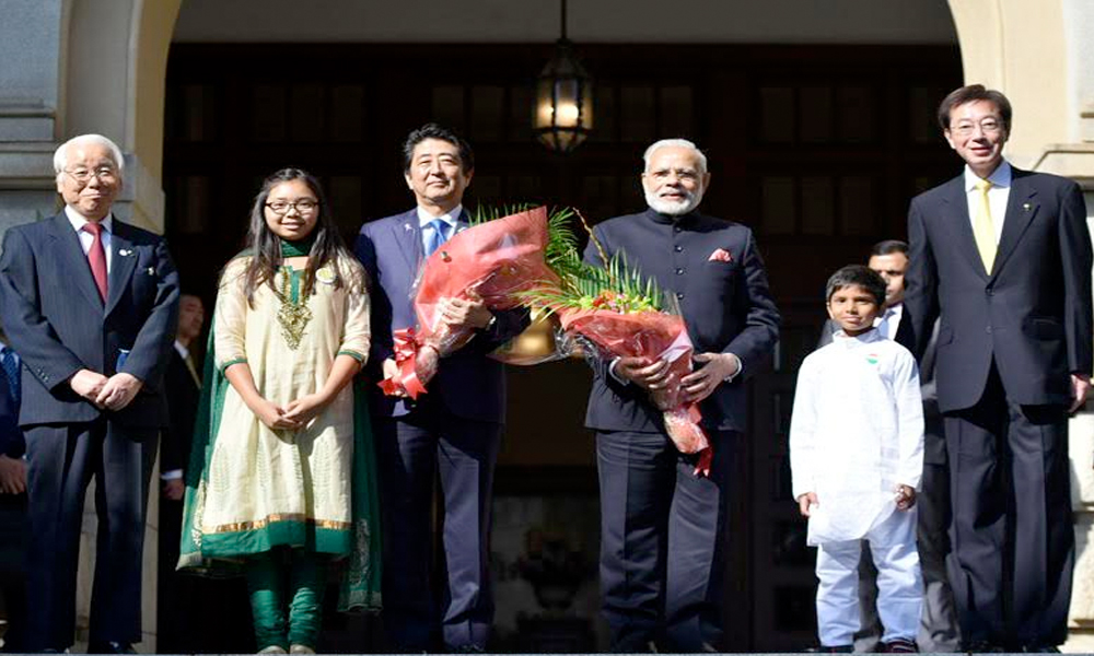 Japan, 12 Nov. 16: The Prime Minister, Shri Narendra Modi being warmly welcomed on his arrival at Hyogo House & also seen Japan Prime Minister, Mr. Shinzo Abe.