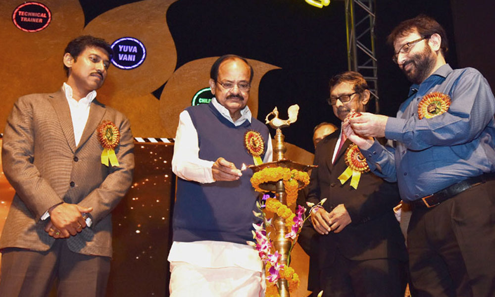 Delhi, 16 Nov. 16: Union Minister for Information & Broadcasting, Shri M. Venkaiah Naidu lighting the lamp at the Akashwani Annual Awards Ceremony.