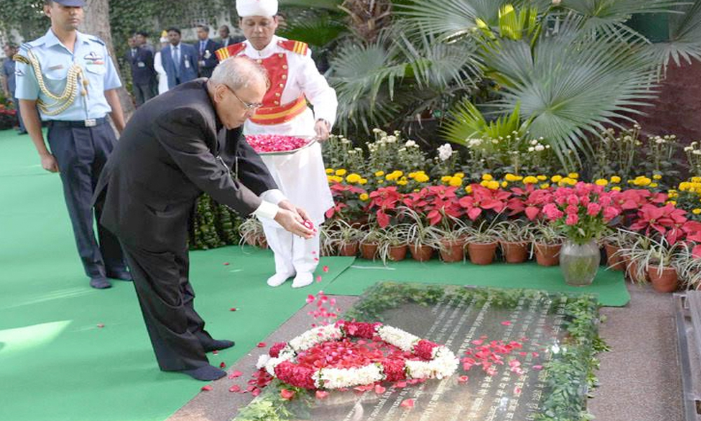 Delhi, 19 Nov. 16: The President,  Pranab Mukherjee paying floral tributes at the memorial of the former Prime Minister, Late Smt. Indira Gandhi, on her 99th Birth Anniversary.