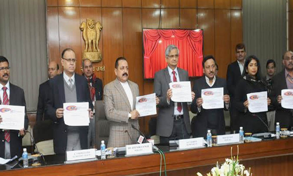 Delhi , 25 December 2016: The Minister of State for Development of North Eastern Region , Dr. Jitendra Singh launching the new initiatives of DoPT, at the function to mark the 'Good Governance Day'.