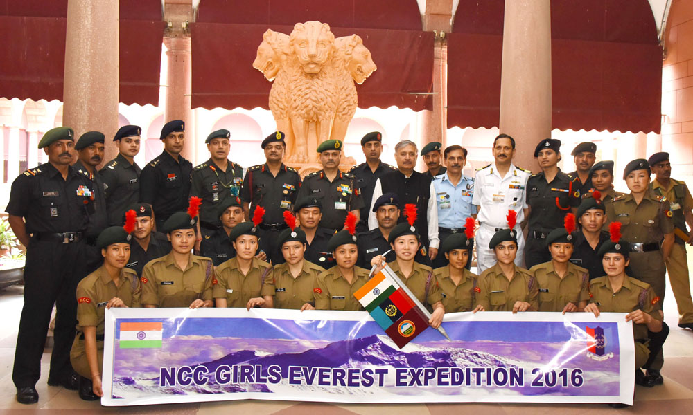 New Delhi,10th March 2016:The Minister of State for Planning and Defence, Rao Inderjit Singh with the NCC Girls Everest Expedition team to Mount Everest.