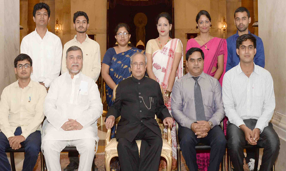 Delhi, 2nd August 2016: The President, Pranab Mukherjee with the students and faculty from the Gauhati University, at Rashtrapati Bhavan.