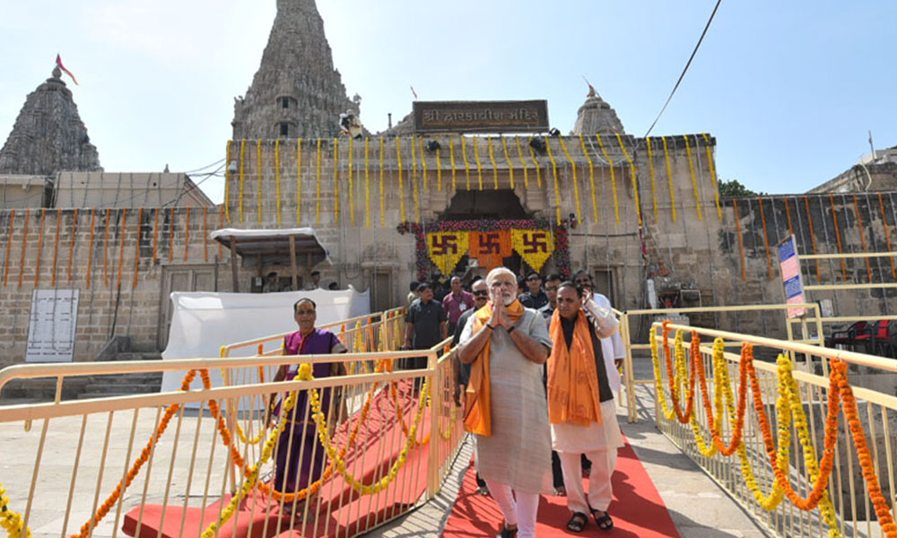 Dwarka, 7th Oct 2017: The Prime Minister, Shri Narendra Modi at Dwarkadhish Temple, in Dwarka, Gujarat
