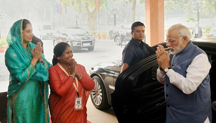 Delhi, 3rd Nov.2017: Shri Narendra Modi being welcomed by Smt. Harsimrat Kaur Badal and Sadhvi Niranjan Jyoti, on his arrival at the inauguration ceremony of the World Food India 2017, at Vigyan Bhawan