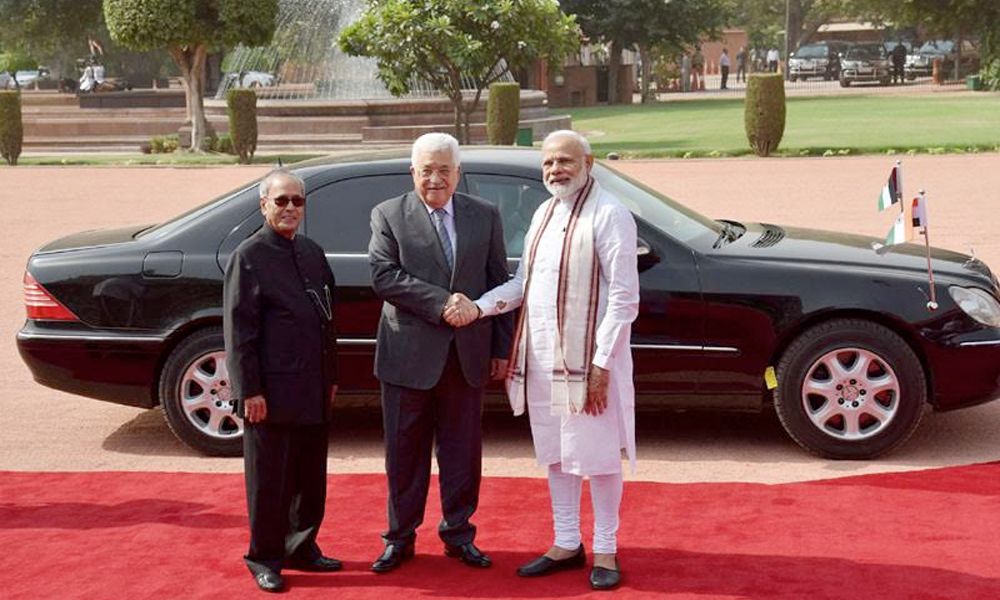 Delhi, 16th May.2017: The President of the State of Palestine, Mr. Mahmoud Abbas being received by the President, Shri Pranab Mukherjee and the Prime Minister, Shri Narendra Modi, at the Ceremonial Reception, at Rashtrapati Bhavan