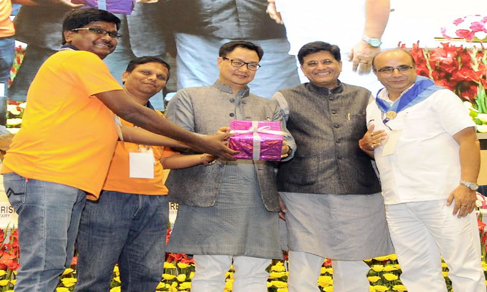 Delhi, 17th May.2017: The Minister of State for Power, Coal, New and Renewable Energy and Mines, Shri Piyush Goyal and the Minister of State for Home Affairs, Shri Kiren Rijiju felicitating Start-up entrepreneurs at the Valedictory Session of the second meeting of National Platform for Disaster Risk