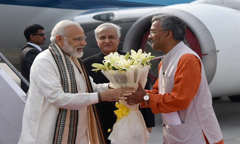 Dehradun, 3rd May.2017: Prime Minister, Shri Narendra Modi being welcomed by the Governor of Uttarakhand, Dr. Krishan Kant Paul and the Chief Minister of Uttarakhand, Shri Trivendra Singh Rawat, on his arrival