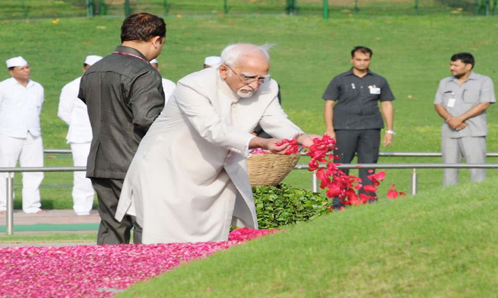 Delhi, 27th May.2017: The Vice President, Shri M. Hamid Ansari paying homage at the Samadhi of the former Prime Minister, Pandit Jawaharlal Nehru on his 53rd death anniversary, at Shanti Van