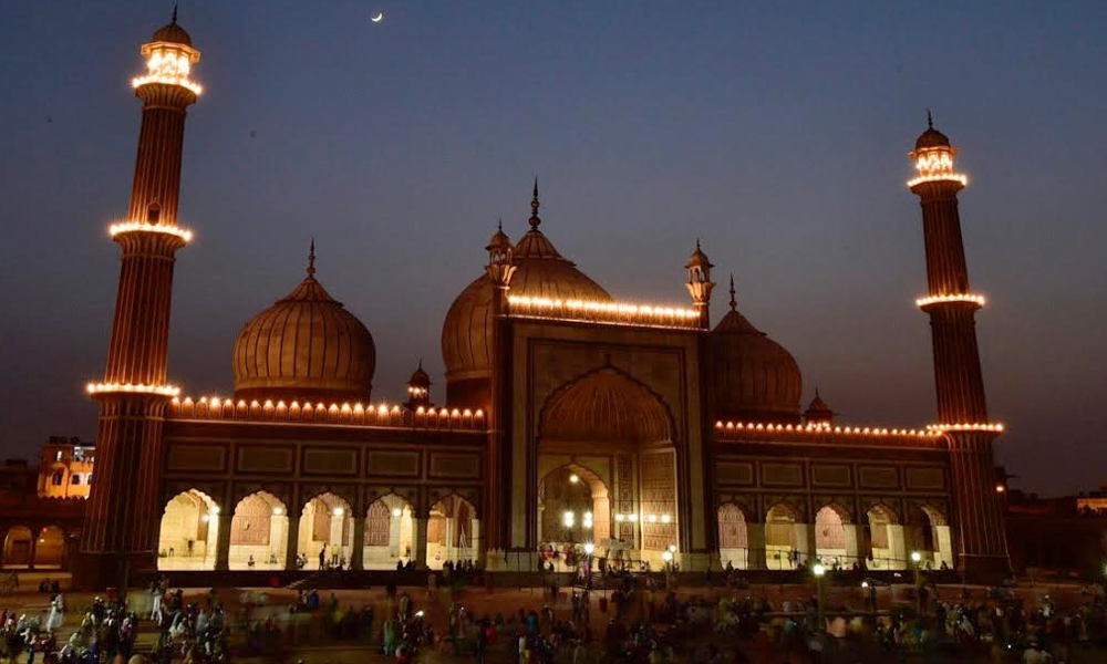 Delhi, 29th May.2017: Moon seen over Jama Masjid on the first day of Ramadan in New Delhi on Sunday