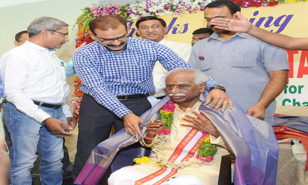 Hyderabad, 8th May.2017: The Minister of State for Labour and Employment, Shri Bandaru Dattatreya being felicitated by the Enforcement Officers of 1999 batch of Employees Provident Fund from Several states