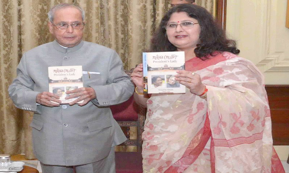 Delhi, 14th July.2017: The President, Shri Pranab Mukherjee receiving the first copy of the Book 'President's Lady (Pranaber Preyosi)' authored by Ms. Sangeeta Ghosh, at Rashtrapati Bhavan