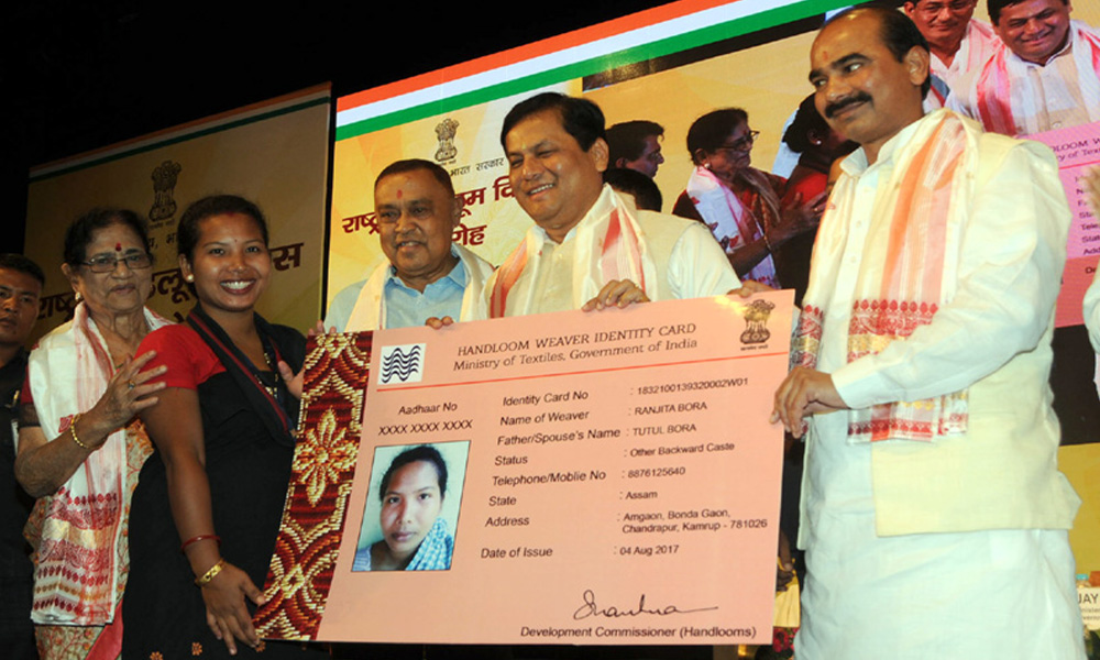 Guwahati, 8th Aug.2017: The Chief Minister of Assam, Shri Sarbananda Sonowal and the Minister of State for Textiles, Shri Ajay Tamta distributed the Handloom Weavers Identity Cards