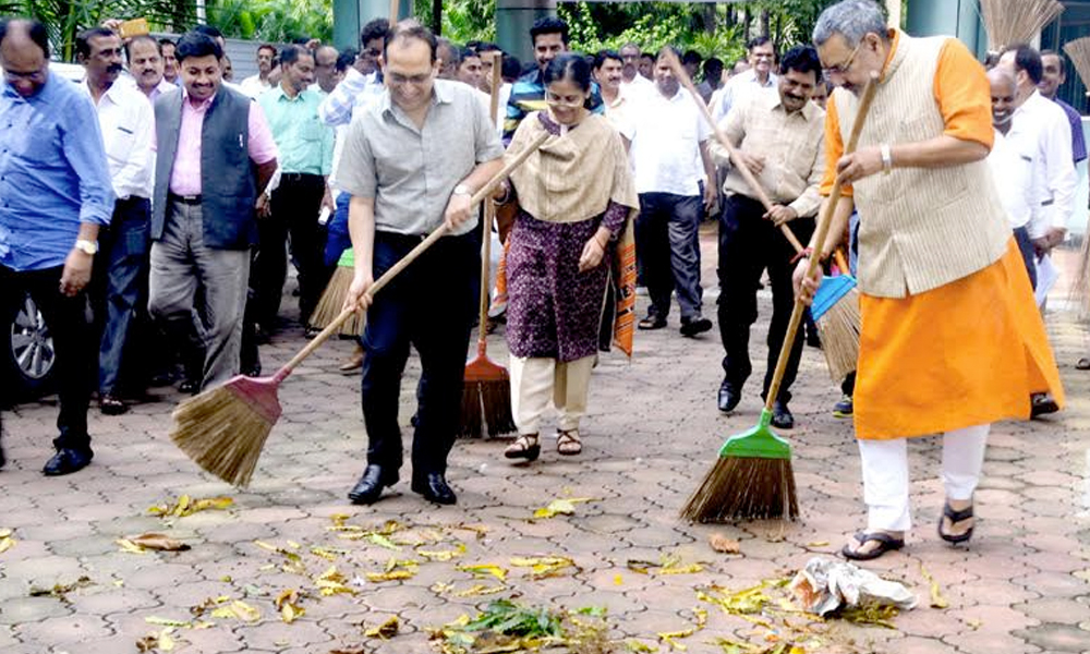 Mumbai, 16th Sep.2017: The Minister of State for Micro, Small & Medium Enterprises (I/C), Shri Giriraj Singh participating in the cleanliness drive at the launch of 'Swachhta Hi Sewa', at Khadi Village Industries Commission