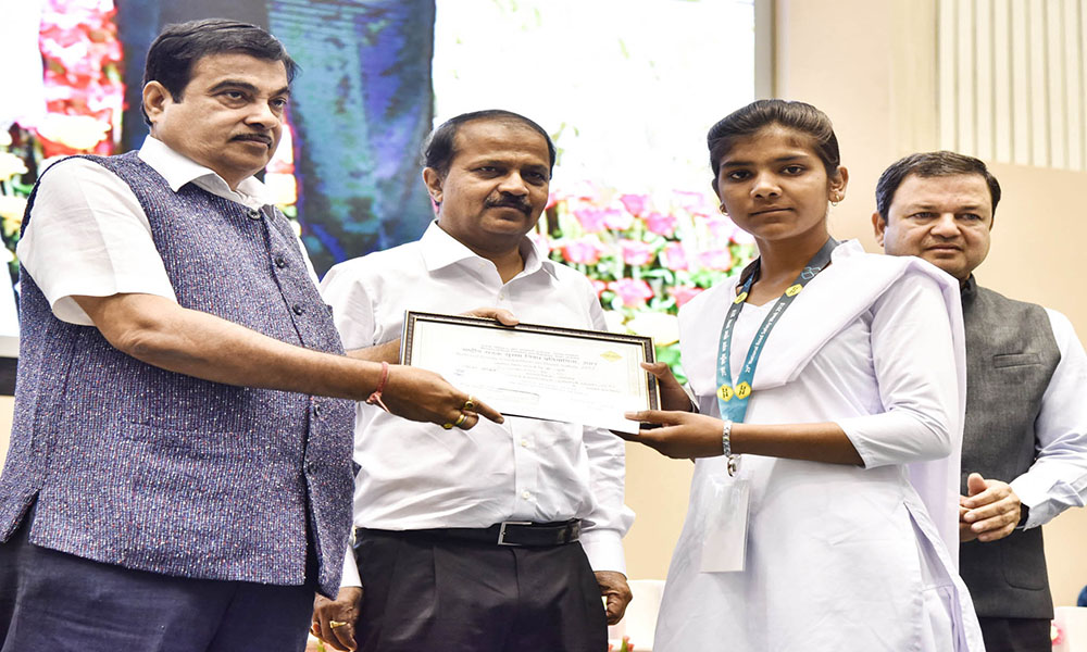 The Union Minister Nitin Gadkari presenting the awards to the winners of the National Essay Competition on Road Safety-2017.