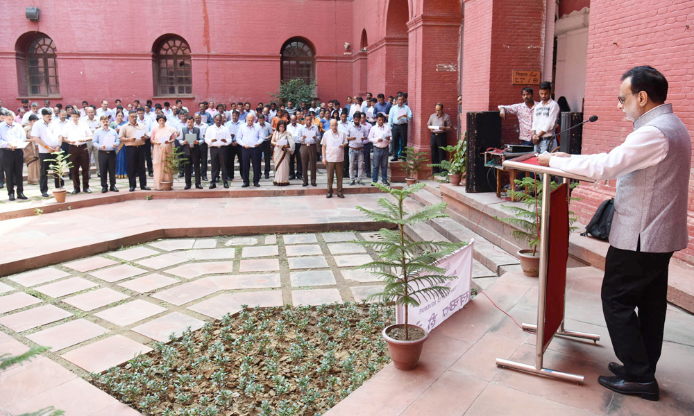 "The Finance Secretary, Dr. Hasmukh Adhia administering the Swachhta pledge, as part of the ""Swachhata Hi Sewa"" Abhiyan."