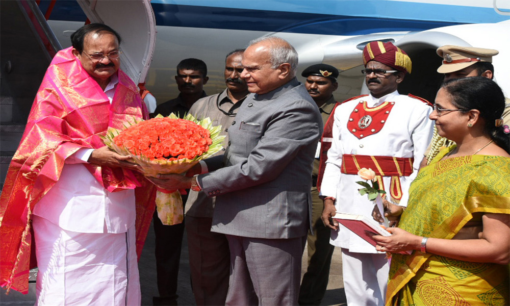 The Vice President, M. Venkaiah Naidu being received by the Governor of Tamil Nadu, Banwarilal Purohit, on his arrival, in Chennai