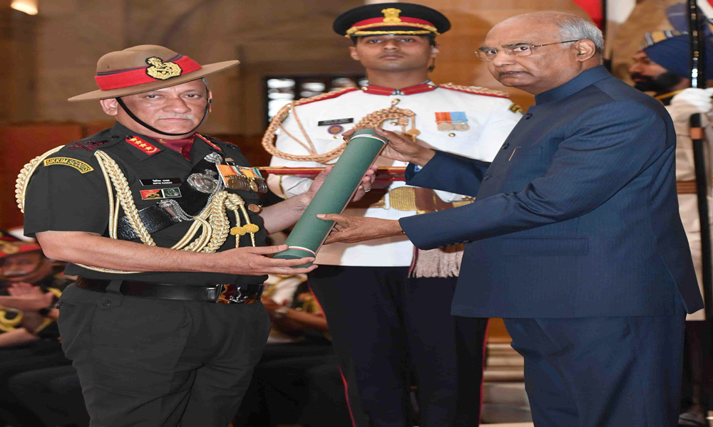 The President, Ram Nath Kovind presenting the Param Vishisht Seva Medal to the Chief of Army Staff, General Bipin Rawat, at the Defence Investiture Ceremony-I, at Rashtrapati Bhavan, in New Delhi.