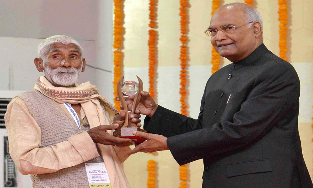The President,Ram Nath Kovind presenting the 10th Biennial National Grassroots Innovation Awards, at a function, at Gandhinagar, in Gujarat