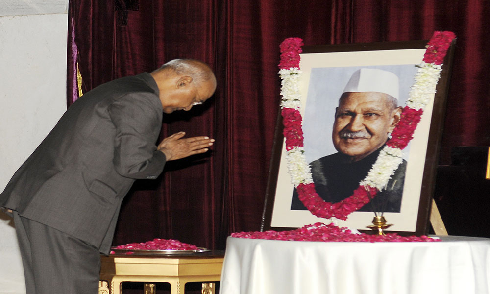 The President, Ram Nath Kovind paying floral tributes at the portrait of the former President, Dr. Shanker Dayal Sharma, on the occasion of his birth anniversary, at Rashtrapati Bhavan, in New Delhi.