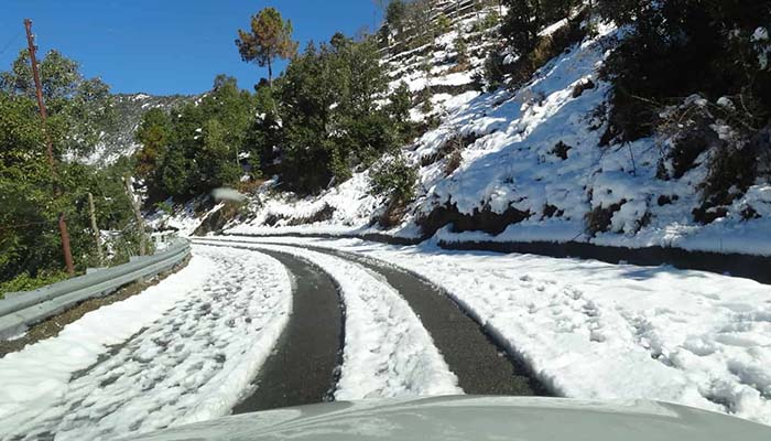 Snowfall blocks several roads in Munsiari Dhanaulti